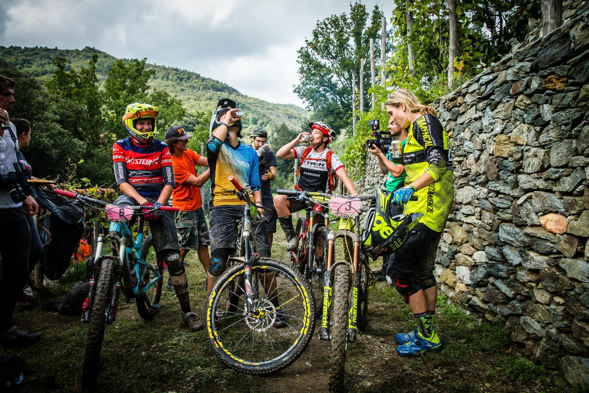 Die Elite der EWS-Damen beim wohlverdienten Bier nach der letzten Stage der Saison. Foto: Matt Wragg.
