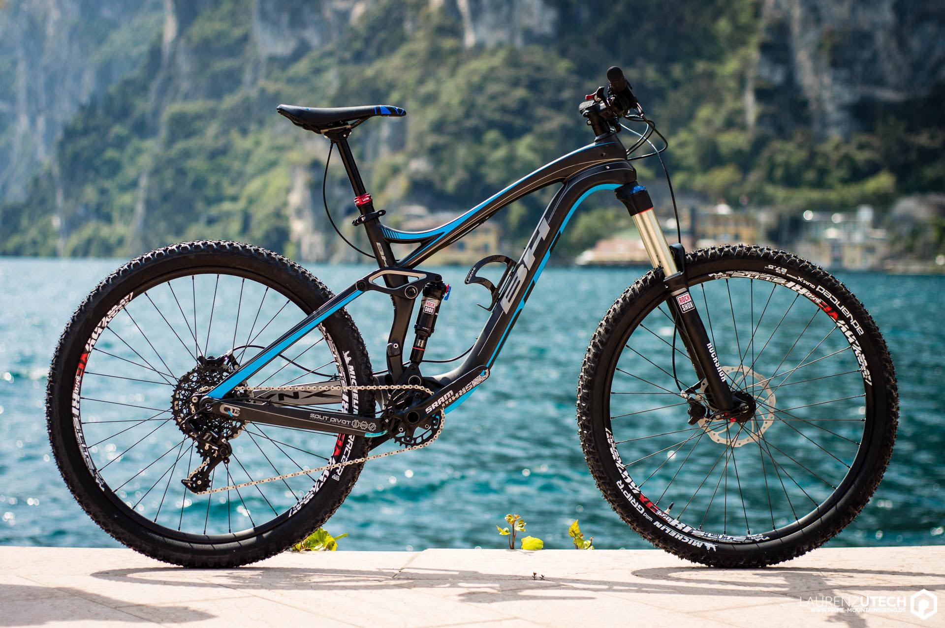 Das BH Lynx 6 Carbon 9.5 vor der atemberaubenden Kulisse des Gardasees.