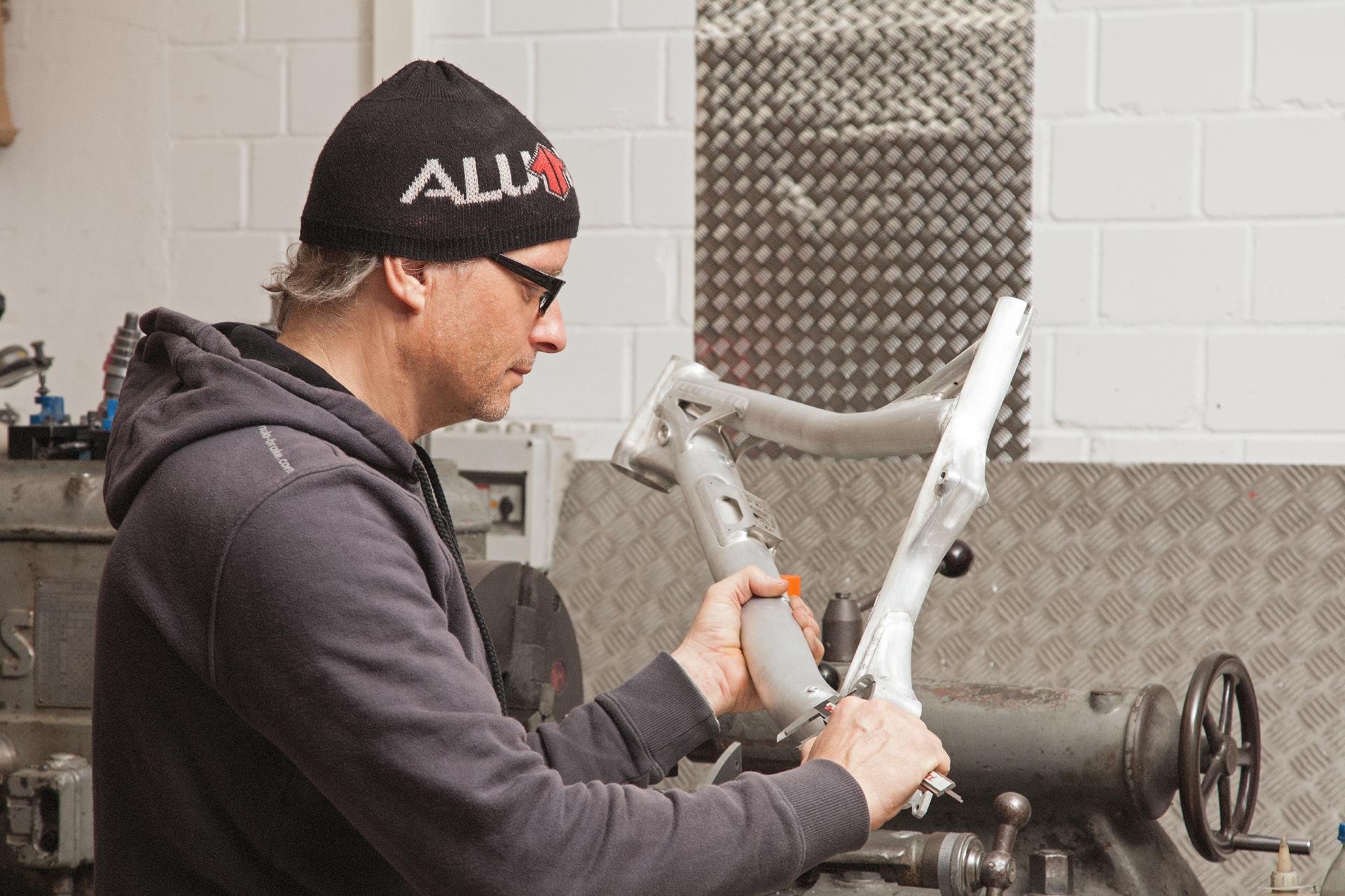Jürgen Schlender von Alutech beim Qualitätscheck eines seiner neuen Rahmen.