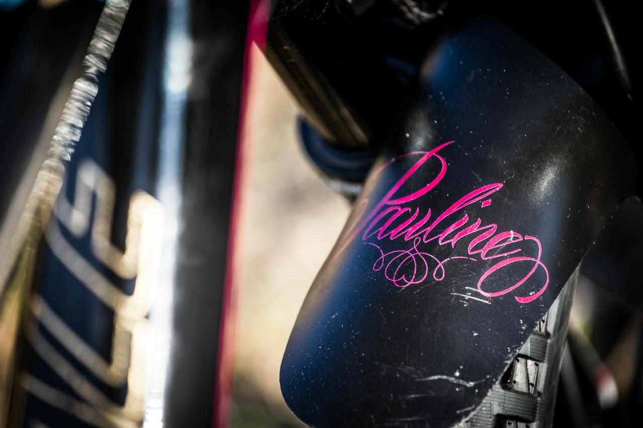 Sogar einen personifizierten Mud Guard fährt Pauline an ihrem Bike.