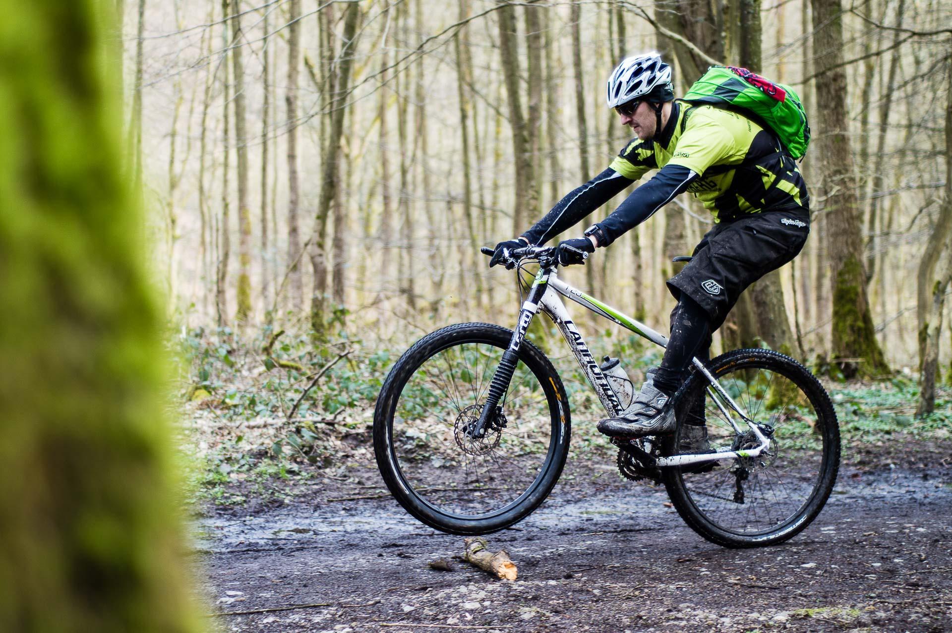 Die Mountainbike-Schule Wupper Tal+Berg bietet Fahrtechnikkurse von Level 1 bis 2 an.