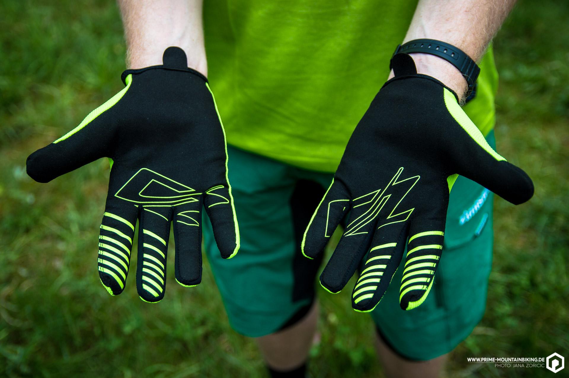 Die Handfläche besteht aus dem Vliesstoff Amara. Bremsfinger und Handballen sind mit, den Grip erhöhenden, Silikon bedruckt.