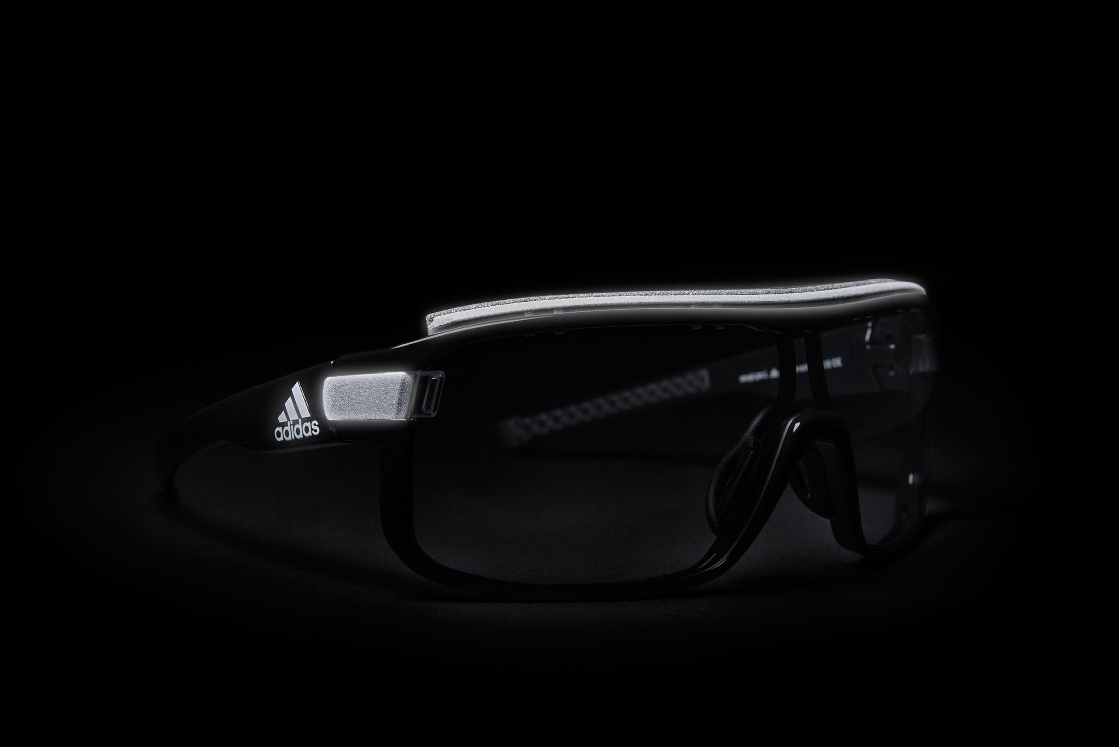 Sehen und gesehen werden. Mit ihren reflektierenden Highlights am Rahmen und am Schweißblocker garantiert die zonyk pro Reflective verbesserte Sicht und damit erhöhte Sicherheit.