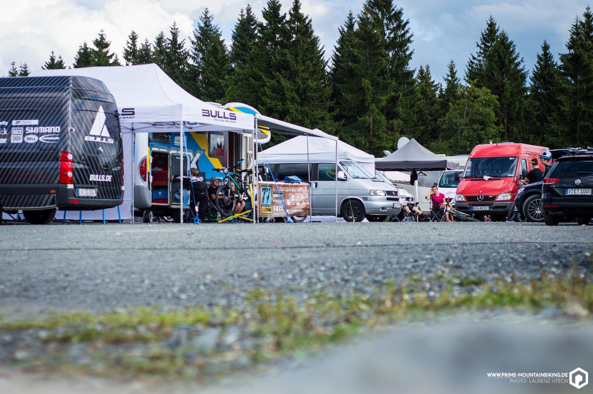 Typisch für die deutsche Szene mischten sich im Fahrerlager Pro- und Hobby-Camps, was zu einer familiären Atmosphäre beitrug.