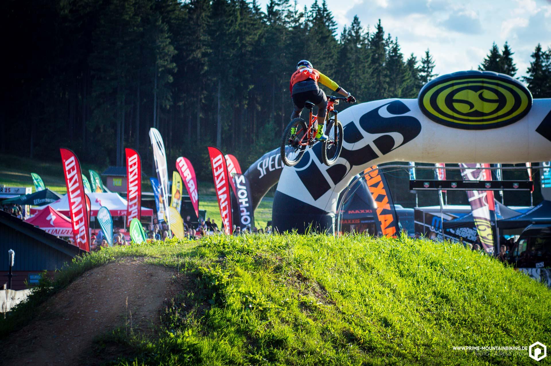 Michal Prokop schießt sich über den Zielsprung in der Bikewelt Schöneck.