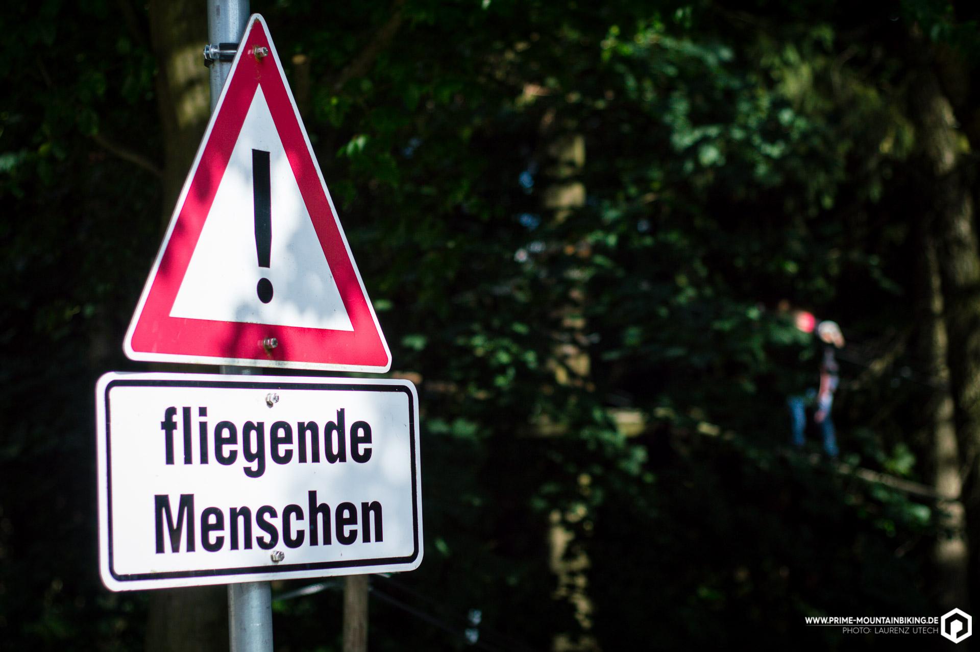 Ob dieses Schild sich wohl auf den Bikepark oder den dahinter liegenden Hochseilgarten bezieht? An diesem Wochenende hätte es durchaus für beides seine Berechtigung gehabt!
