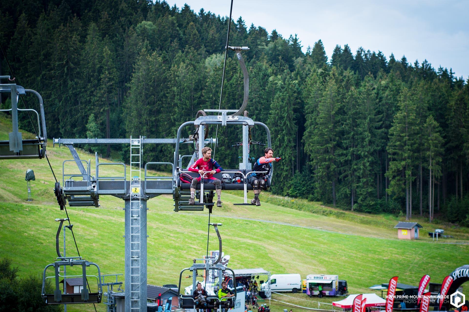 Der Lift durfte zwischen den Stages 4 und 5 genutzt werden. Max Schumann und André Wagenknecht nutzten diese Möglichkeit um die Strecke zu diskutieren.