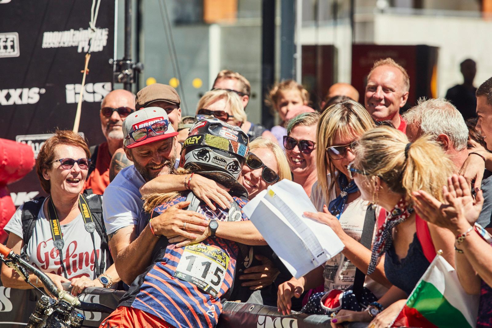 Vali Höl wird von ihren Fans ud ihrer Familie für ihren erneuten Sieg gefeiert.