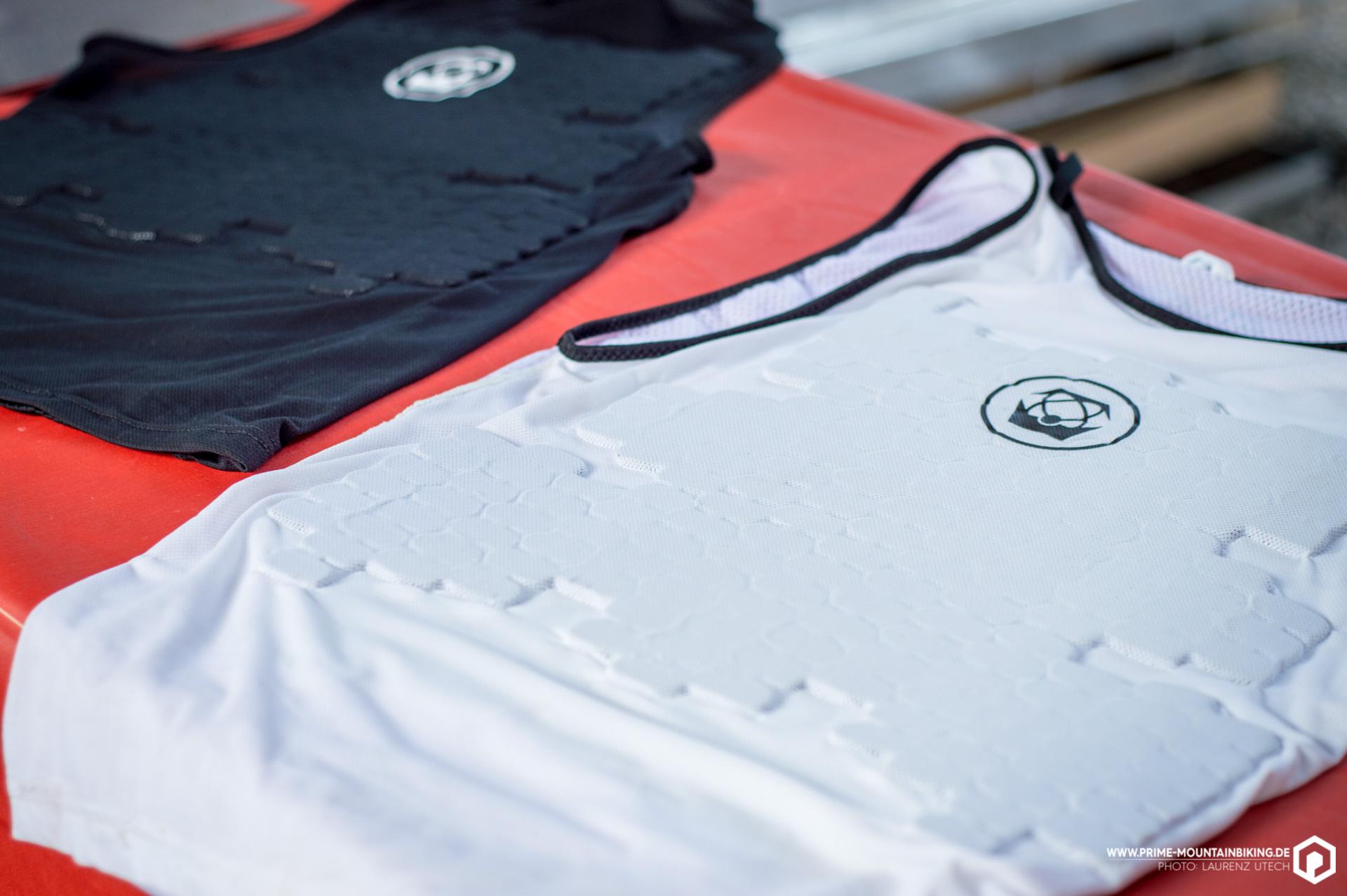 Außerdem spannend sind die minimalistischen Protektor-Shirts von Atlas, die vor allem vor Steinschlägen und Schürfwunden schützen sollen.