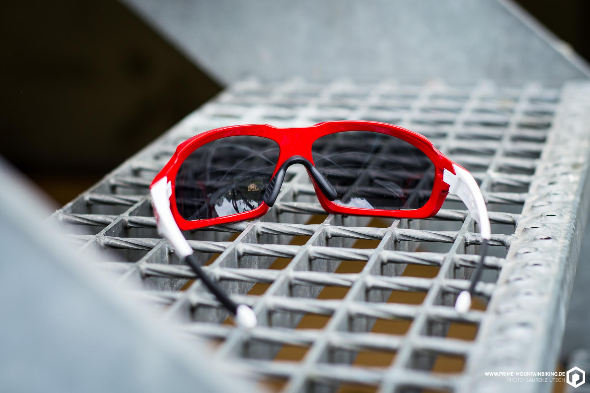 Die Sportstyle 710 vm schützt zu 100 Prozent vor schädlichen UVA-, UVB- oder UVC-Strahlen und verfügt über anpassbare Nasenbügel und Brillenbügelenden.