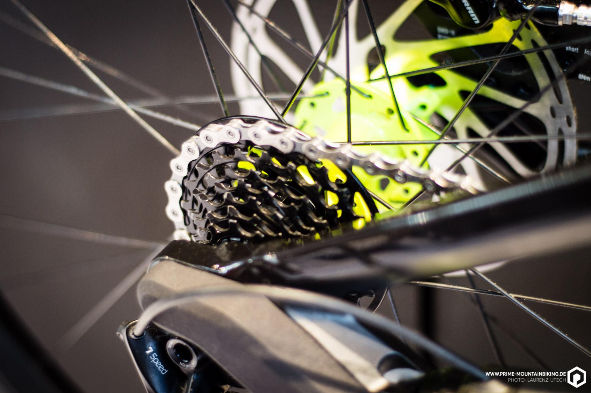 Erstmal ein völlig gewohntes Bild: Downhillbike, Hinterradnabe und eine Kasette die auf dem Freilaufkörper steckt ...