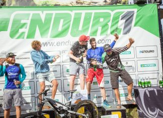 Sektdusche auf dem Podium eim Enduro One Finale