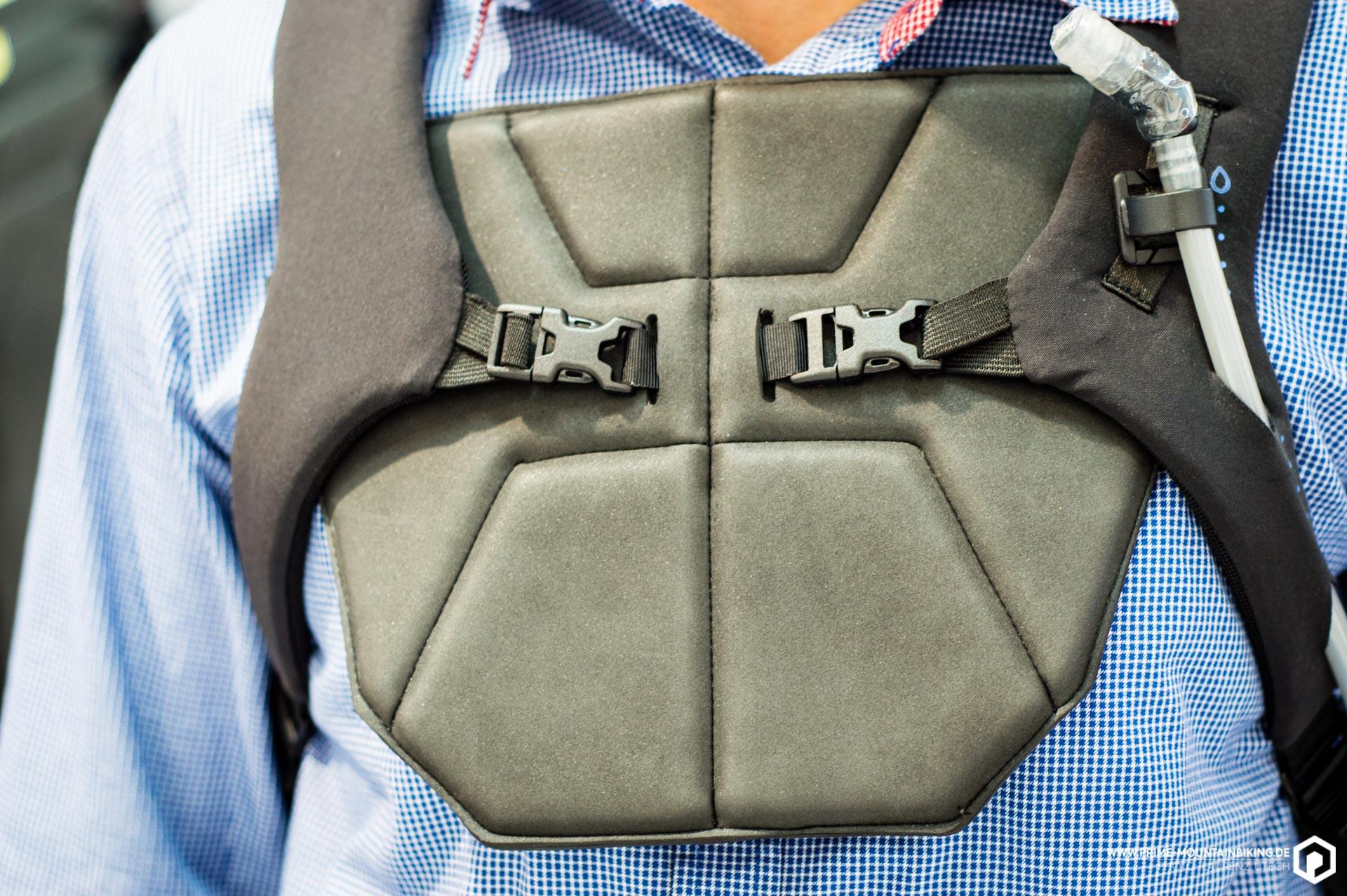 Der optionale Sternumschutz wird am Brustgurt des Protektors befestigt.