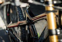 Sofort fällt einem das extravagante, bullige Rahmendesign des Big-Bikes auf. Die durchgehende Linie, die Oberrohr und der Hinterbau bilden, ist das Markenzeichen aller Bikes von Morpheus.