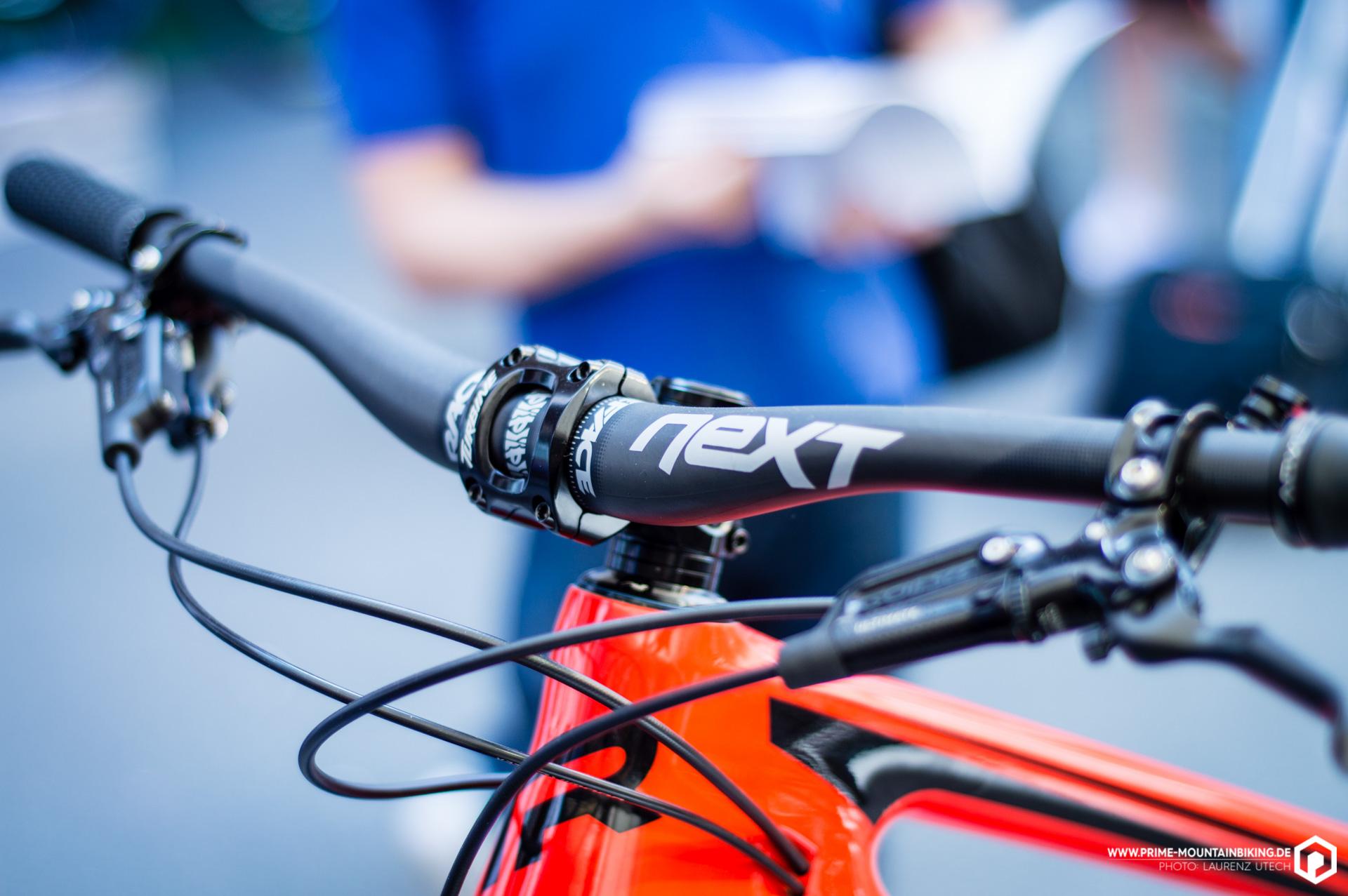 Auch im Cockpit des Trailbikes ist Carbon im Spiel: Der Next Lenker von Race Face sorgt für Kontrolle bei niedrigem Gewicht.