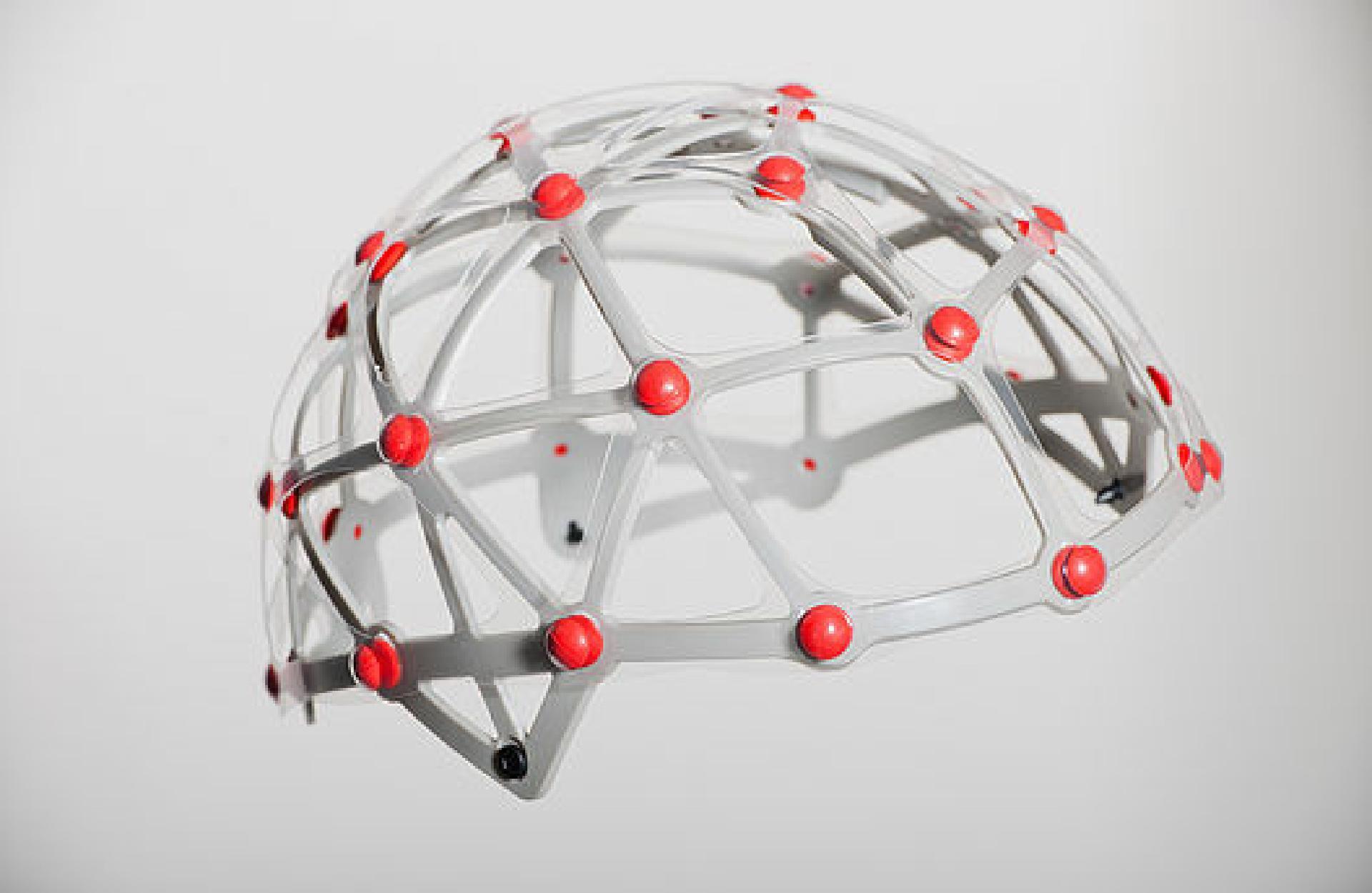 So schaut es im inneren des ATB-1T aus: Ein Netz aus 27 einzelnen Dämpfern federt die Kräfte, die auf die Schale einwirken zusätzlich ab.