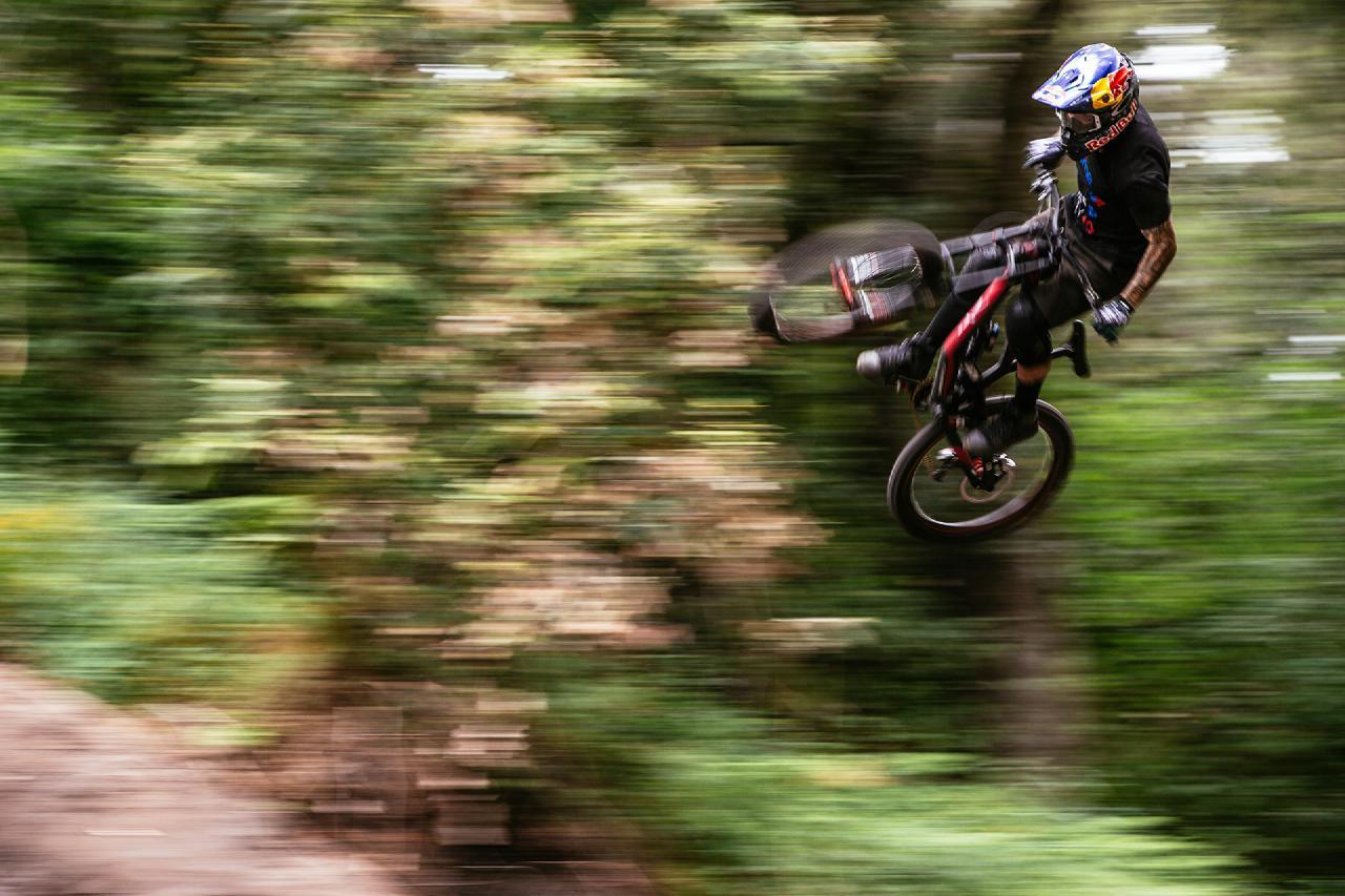 Wo immer die Jungs auftauchten - es ging zur Sache! Egal ob auf dem Downhillbike, auf Mopeds oder an der Theke - Lacondeguy hart am Gas!