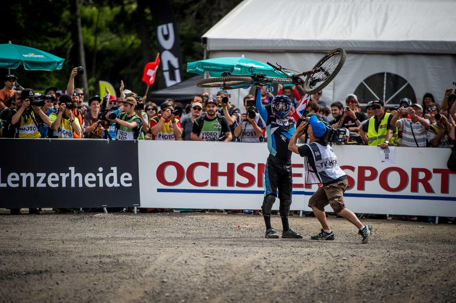 Danny Hart gewinnt den Weltcup in Lenzerheide mit seinem Mondraker Summum Carbon Pro Team.