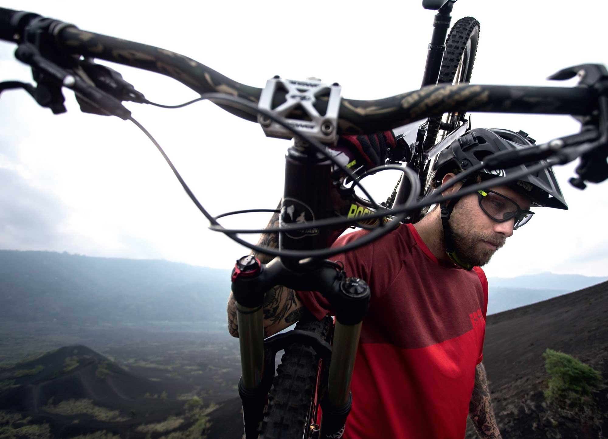 Manches Abenteuer erfordert schon mal, das Bike zu tragen. Über Stunden. Auf Bali ist das nicht anders.