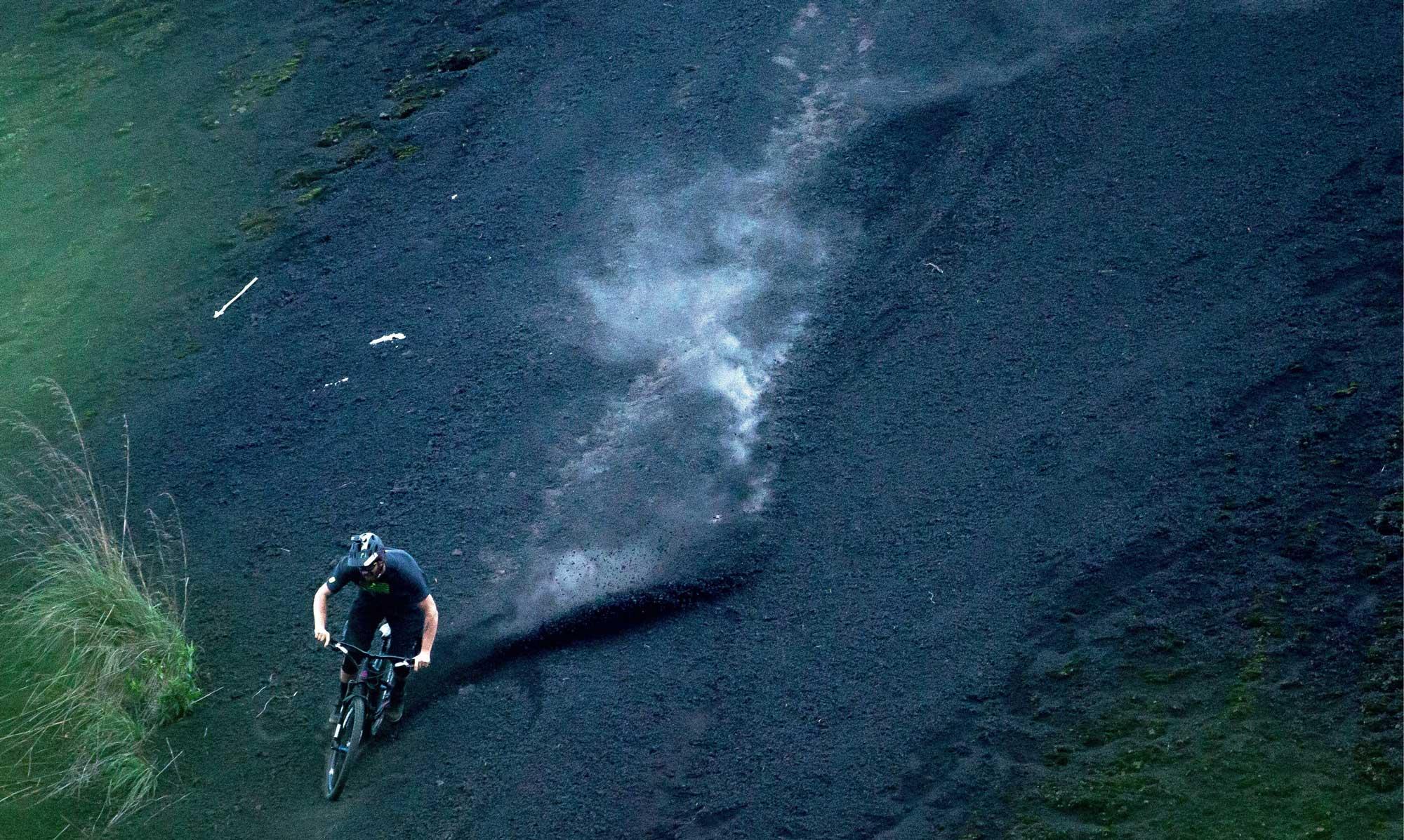 Tiefschwarzer Boden, lose und knöcheltief. Balis Vulkan hat etwas andere Bodenverhältnisse als die Trails zu Hause.