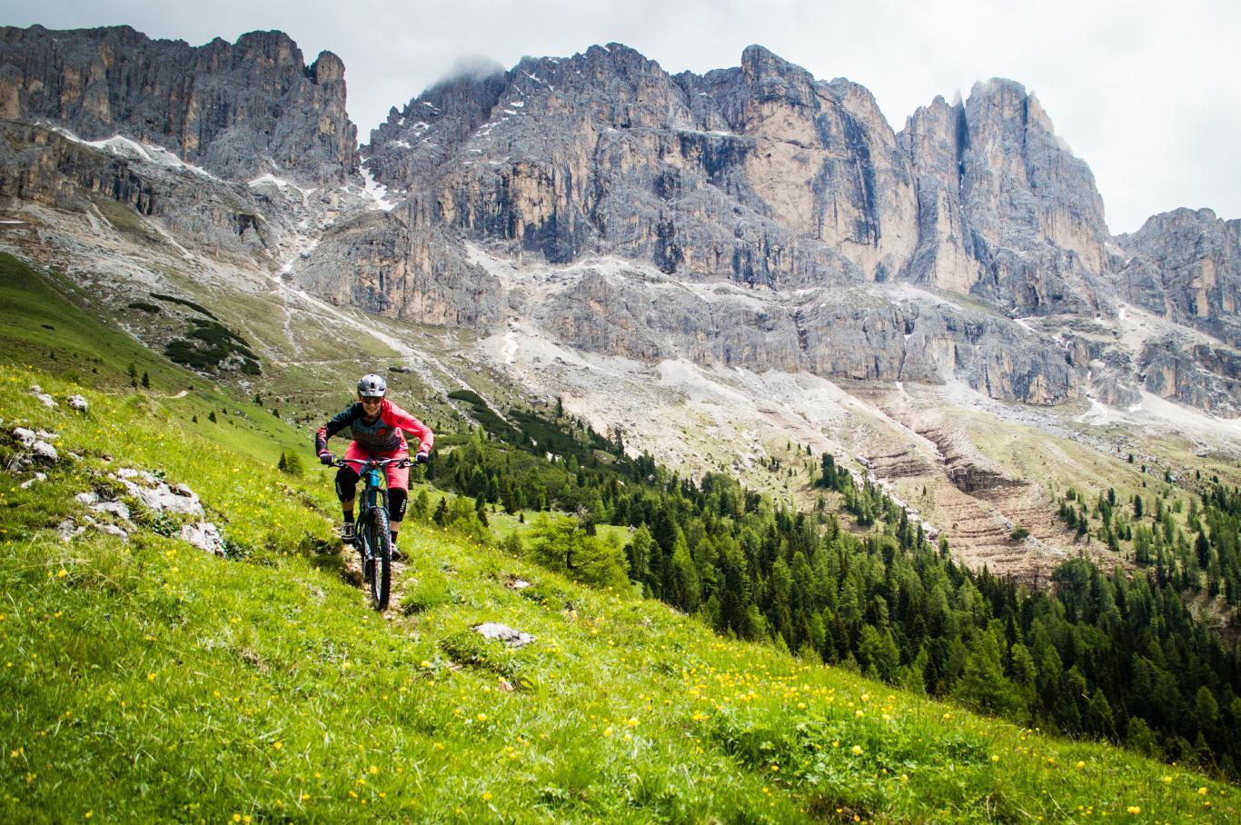 Was macht einen guten Trail aus? Ist es der Trail allein, der den Ausschlag gibt, oder spielt die Umgebung, das Panorama und das Land auch einen entscheidende Rolle? In diesem Fall ist es definitiv der Mix aus Trail und Dolomitenpanorama.