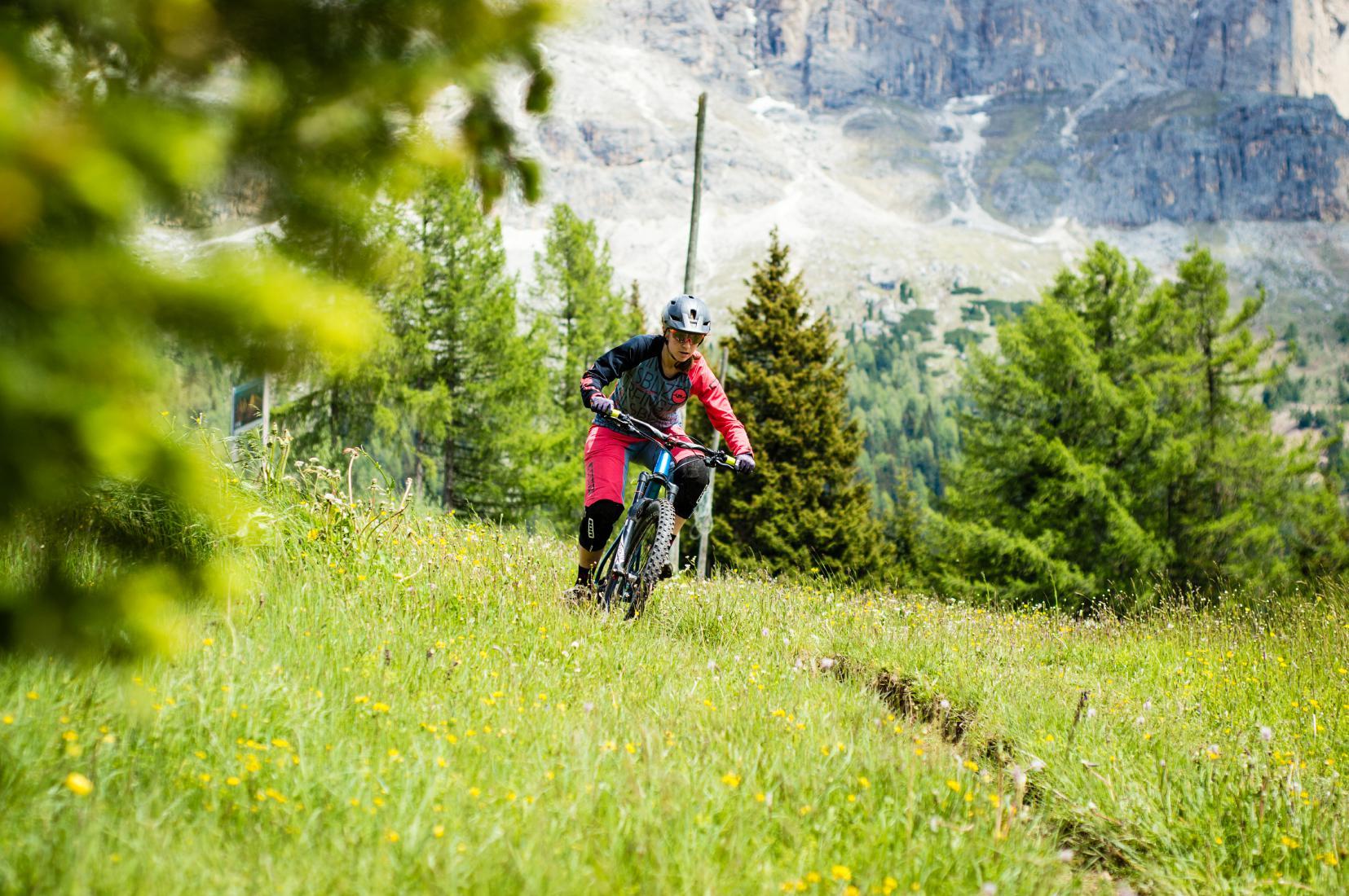 Endlose Singletrails schlängeln sich in den Dolomiten gen Tal.