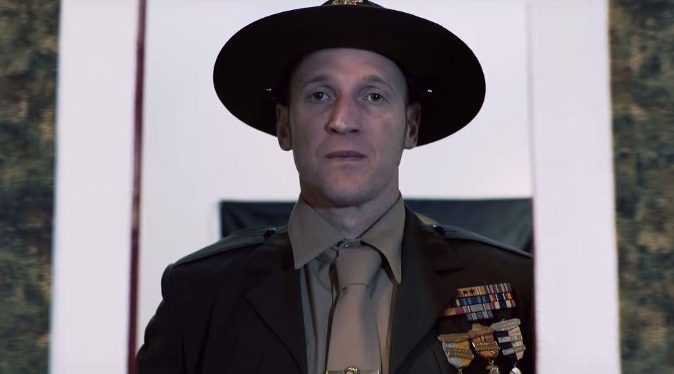 Steve Peat geht in der Rolle des Drill Sergeant förmlich auf!