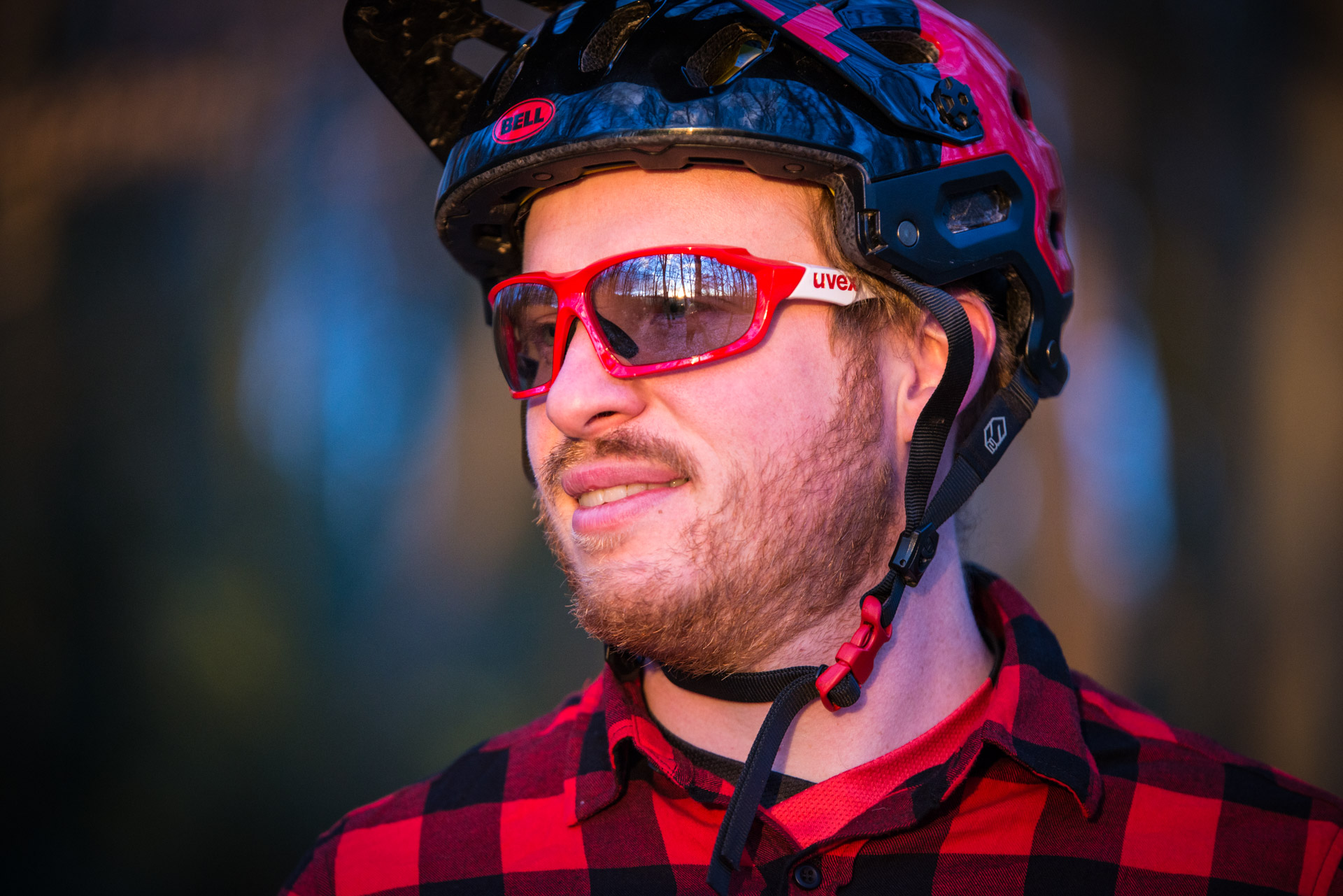 Die Uvex Sportstyle 710 vm Brille kommt mit großen verspiegelten Gläsern und variabler Tönung.