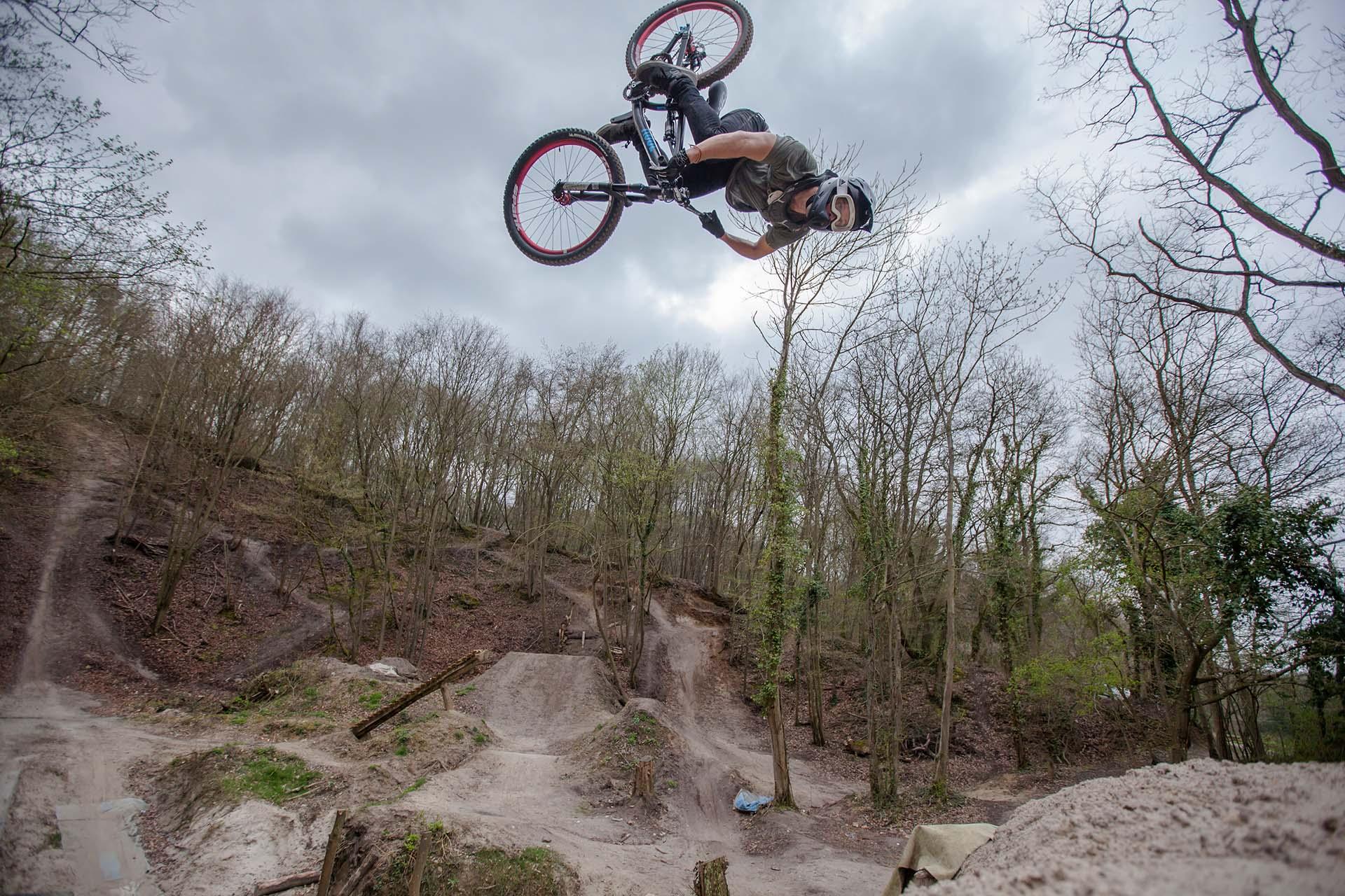 Antoine Bize bei seiner täglichen Routine - fliegen mit dem Bike.