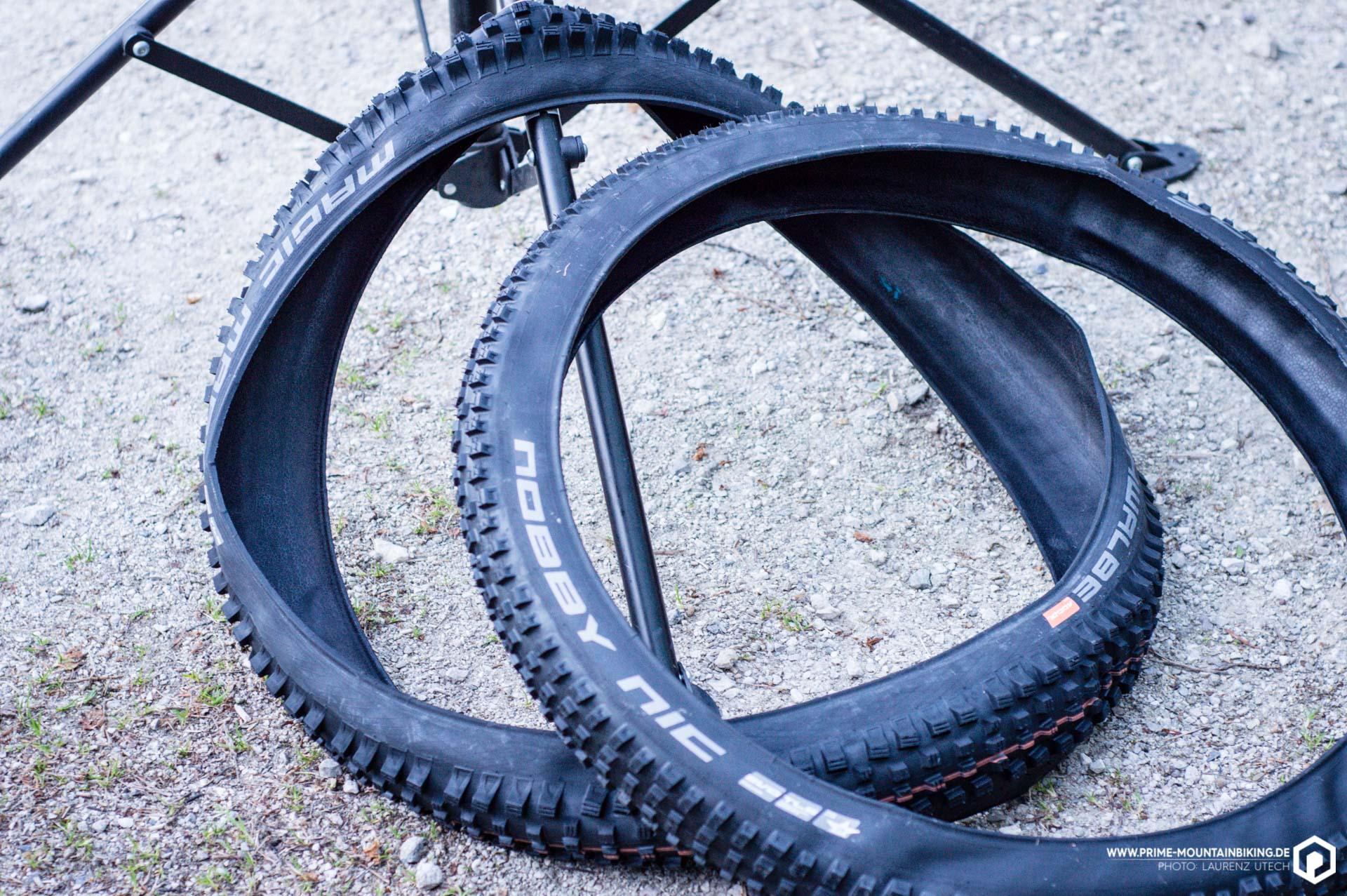 Nicht mehr alle Stollen am Reifen? Dann ist es Zeit für einen Wechsel. Um die neuen Addix Reifen von Schwalbe zu montieren, haben wir den Schwalbe Tire Booster benutzt.