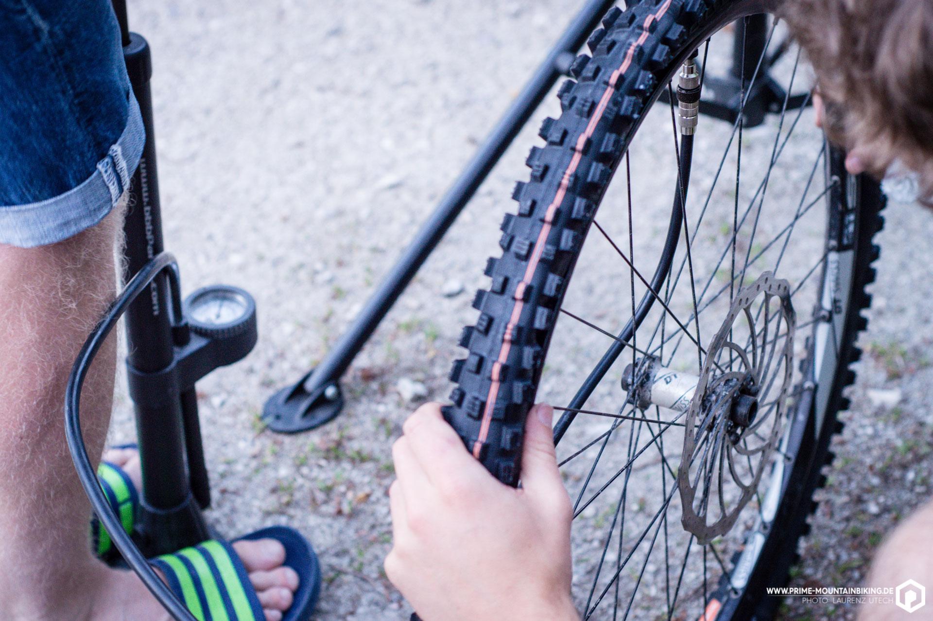Der Tire Booster von Schwalbe wird mittels SV-Ventil und einer herkömmlichen Standpumpe mit 11 Bar befüllt, die anschließend in den Reifen geschossen werden können.